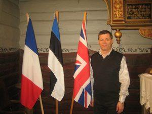 Roger Rasmussen I Egersund kirke med flaggene fra Frankrike, Estland og Storbritania